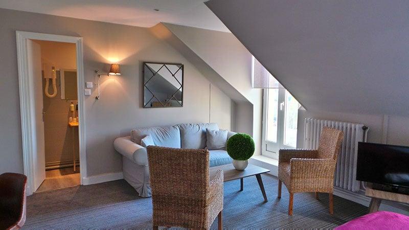 canapé chambre executive avec miroir et chaise